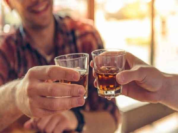 Mơ thấy uống rượu đánh con gì?